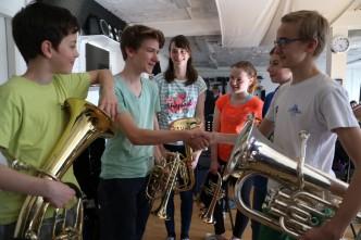 David Schmidt erhält Glückwünsche der Jugendbrassband für seine Leistung bei Jugend musiziert